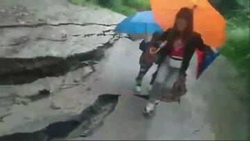 Повінь на Прикарпатті посилюється з кожною годиною, дороги обвалюються під ногами: «Мамо, мені страшно»