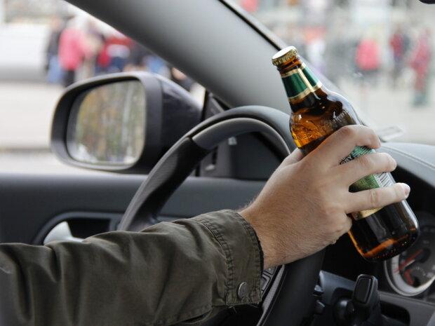 Пьяный депутат устроил проверку полиции (видео)