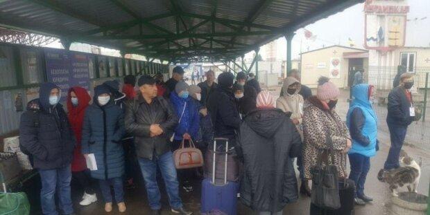 """Окупанти вирішили пожертвувати жителями """"ЛНР"""" заради 9 травня,  кордони перекриті: """"їжі залишилося на кілька..."""""""