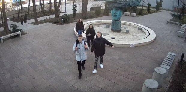 """Подростки прославились после шалостей в парке Одессе: """"На мартышек похожи"""", видео"""