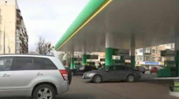 АЗС снизили цены на бензин на 1-2 грн/л после госрегулирования по принципу «Роттердам+» - СМИ