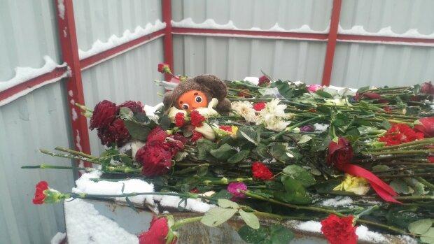 Цветы и игрушки, оставленные под посольством РФ, уже в мусорных баках: Мы же не в Кемерово их повезем