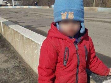 """""""12-летний брат не досмотрел"""": малыш ползал вдоль трамвайных путей на Донетчине, кадры с места"""