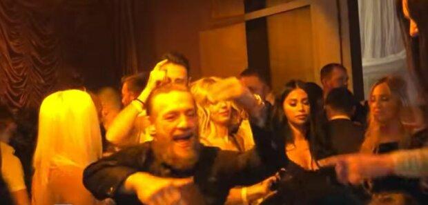 Макгрегор закатил шумную вечеринку с фанатами, появилось видео: мог поучаствовать каждый