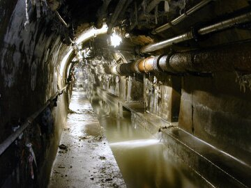 Из столичной канализации достали 130-тонное чудовище, появились фото