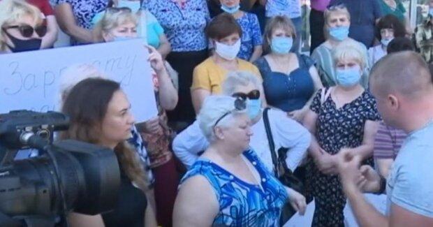 зарплаты, украинцы в масках на улице, протест