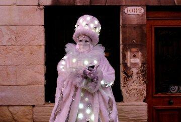 В Венеции проходит карнавал творчества: яркие фото с открытия