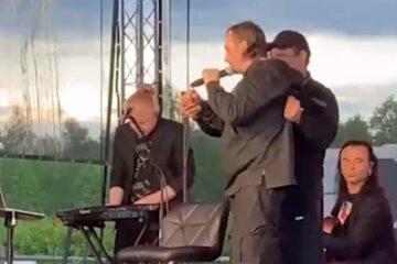 """Зірковий російський співак вийшов на сцену п'яним, відео: """"Не міг стояти і видавав дивні звуки"""""""