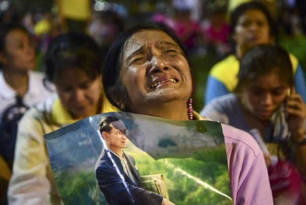 Туристам в Таиланде выдают траурные ленты