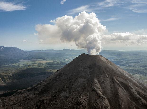 Устрашающие кадры извержения вулкана в России — видео