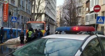 """В Киеве """"героиня парковки"""" заблокировала эвакуатор и требует оформить угон авто: съехалась полиция, видео"""