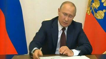 Ослабел в бункере: Путин насмешил, пытаясь повторить трюк Януковича с ручкой