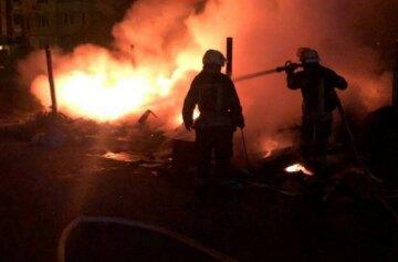 Масштабный пожар вспыхнул возле киевского рынка, кадры: слетелись спасатели