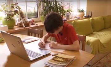 """Родители вынуждены взять на себя обязанности учителя из-за онлайн-обучения, крик души матери: """"У меня нет..."""""""