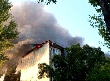 Сильне полум'я охопило багатоповерхівку в Києві, на місці півсотні рятувальників: подробиці та кадри НП