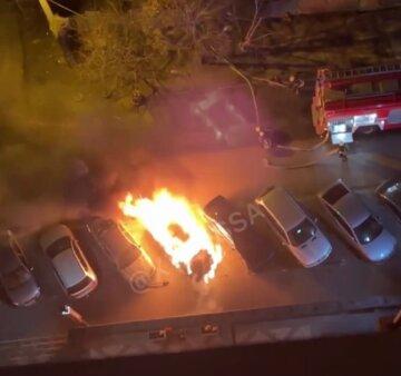 Потужне полум'я палахкотіло у дворі багатоповерхівки в Одесі, люди вискочили на вулицю: відео пожежі