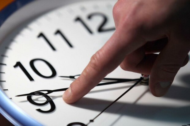 Переведення годинників на зимовий час: що обов'язково треба встигнути зробити українцям до 24 Жовтня