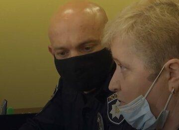 Змушувала дитину з'їсти паперовий літачок і погрожувала ножем: суд покарав вчительку на Львівщині