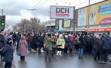 """""""Мы выживаем, а не живем"""": бунт вспыхнул в Харькове, люди перекрывают дороги, кадры"""
