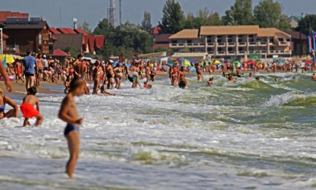 """""""Ніякого карантину"""": що відбувається на пляжах під Одесою в останні дні літа, фото"""