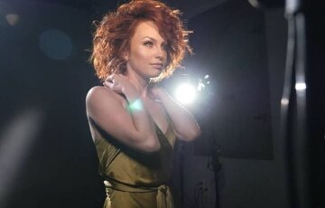 """Відчайдушна Булітко з """"Дизель шоу"""" побешкетувала на диванчику в короткому міні: """"Ах які очі"""""""