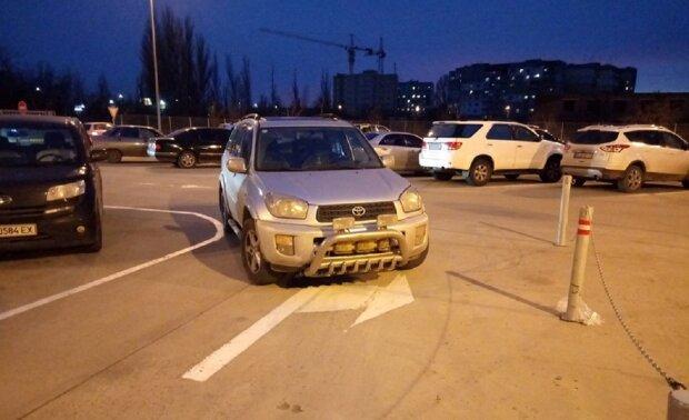 """""""Самые наглые"""": как паркуются автохамы в Одессе, возмутительные кадры"""
