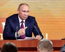 Путин тычет