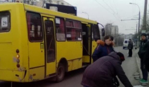 """Обнаглевший маршрутчик в Днепре вышвырнул на улицу женщину с двумя детьми: фото """"героя"""""""