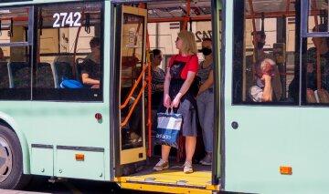 """""""Вийшов з тролейбуса"""": в Одесі пенсіонер провалився крізь землю на зупинці, відео"""