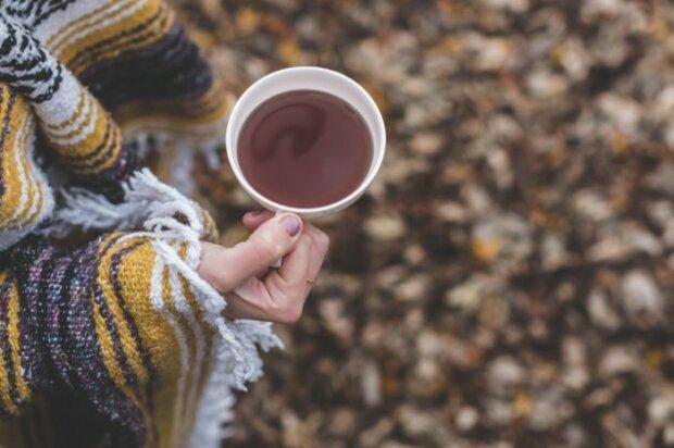 Devushka-s-chaem-Girl-with-tea-700×465