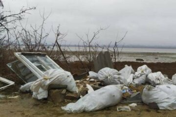 """""""Через кожні 100 метрів"""": одеський лиман засипали сміттям, кадри свавілля"""