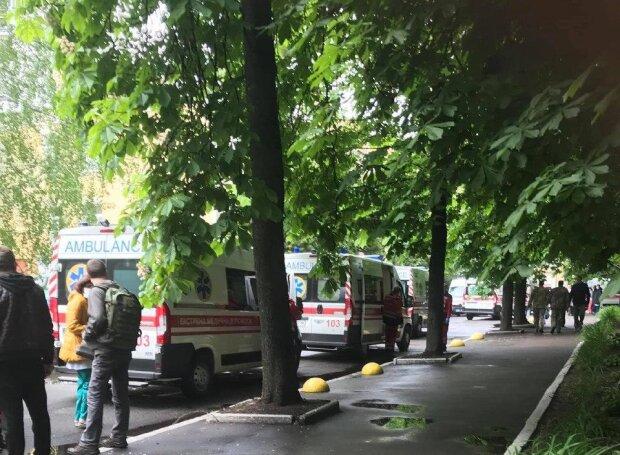 Багато швидких промчали в центрі Києва, люди у важкому стані: кадри подій