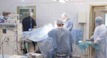 """У Дніпрі лікарі щосили борються за життя бійця ЗСУ, кадри: """"Вугільне обличчя, опіки, відірване вухо..."""""""