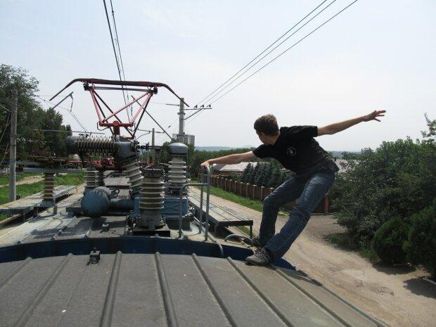 Підліток упав з потяга на Харківщині: лікарі роблять усе можливе