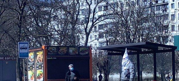 "Одессит ошеломил защитой от вируса на карантине, видео: ""Маскарад так маскарад"""