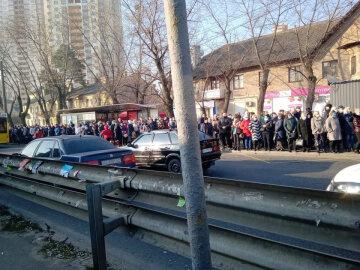 «Куда они все прут?»: киевляне плюют на запреты, кадры массового безумия