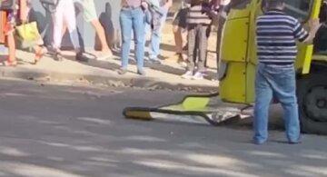 Маршрутка під час поїздки втратила лобове скло: кадри НП з Одеси