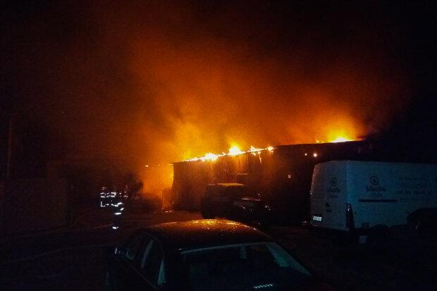Пожежа виникла на заводі у Львові: відомі наслідки руйнування