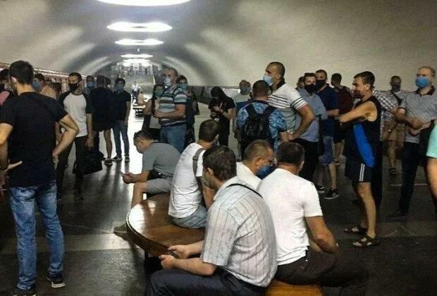 """""""Будемо виходити і перекривати дороги"""": харків'яни погрожують бунтом через можливе закриття метро"""