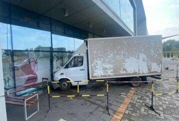 Водителя грузовика занесло в витрину ТРЦ: кадры аварии и что известно