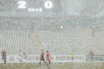 Мерзли, але грали: футболістів на поле скувала сніжна буря