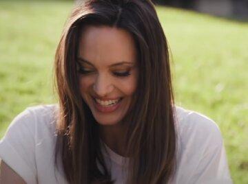 """Розкішна Джолі засвітилася на публіці у витонченому дамському аксесуарі: """"Мій ніжний ангел!"""""""