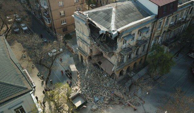Багатоповерховий будинок обвалився в центрі Одеси, з'їхалися рятувальники: кадри НП