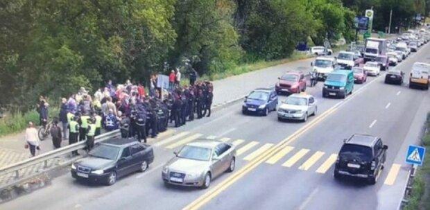 Бунт на мосту-метро в Киеве: силовики приняли меры, видео противостояния