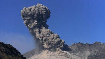 Впечатляющие кадры извержения вулкана с близкого расстояния (видео)