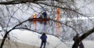Решили прогуляться по льду: в столице люди оказались в западне, жуткие кадры