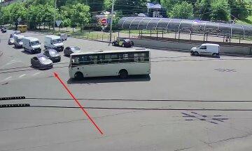 Момент аварії з пасажирським автобусом у Києві потрапив на відео: є постраждалі