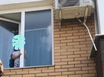 """2-летний ребенок открыл окно и встал на подоконник, кадры: """"Остался совсем один"""""""