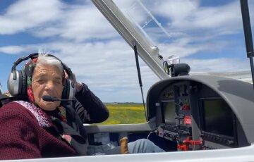 90-летняя украинка села за штурвал самолета, видео высшего пилотажа