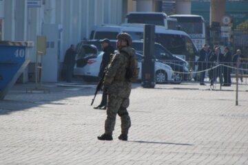 Людей с автоматами выставили в порту Одессы: кадры с места